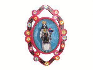 Doña Inés, tin wall plaque (guirnalda), with flowers
